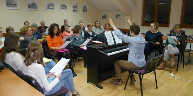 Mješoviti pjevački zbor KUD-a Petrijanec sa mladom voditeljicom Melitom Bastalec