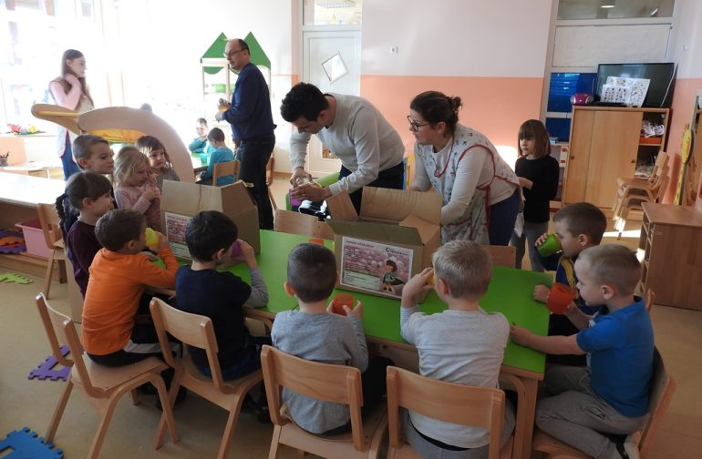 Tvrtka Čistoća mališanima u vrtiću podijelila zdrav jabučni sok iz voćnjaka