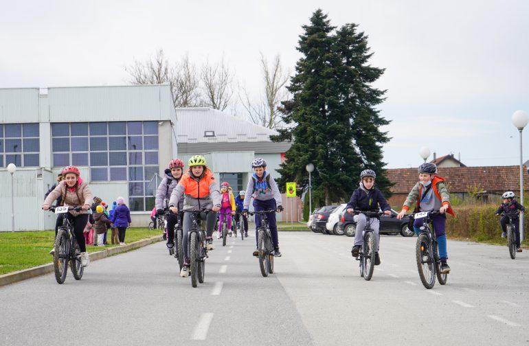"""Učenici sudionici projekta """"Želim voziti bicikl"""" prošli kroz Petrijanec"""